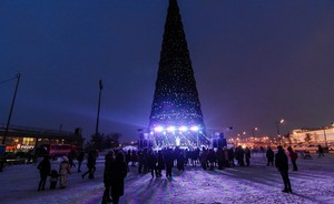 Ded Moroz, Kysh Babay and Fairy Cock: turning on lights of the main New Year Tree of Kazan in Millennium Square